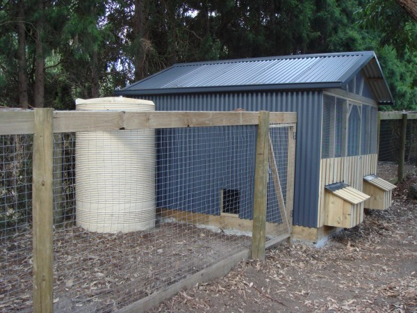 chook house with run and tank by Yummy Gardens Melbourne